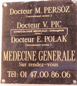 табличка врача в Париже